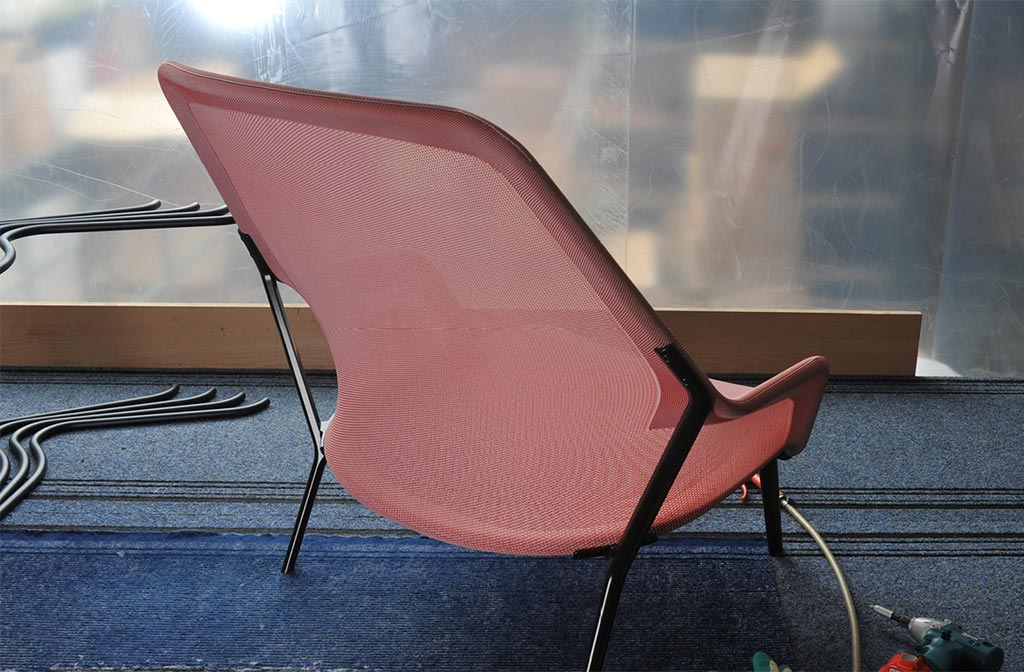 Kobleder strickt und montiert den innovativen Vitra - Slow Chair. Design: Ronan & Erwan Bouroullec
